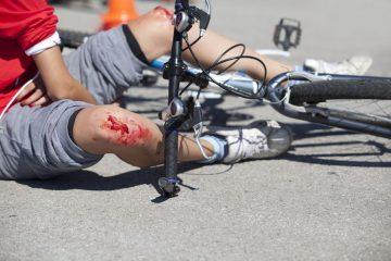Ciclista investe pedone fuori dalle strisce: di chi è la colpa?