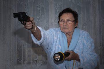 Se i ladri entrano in casa mia, posso difendermi usando un'arma?