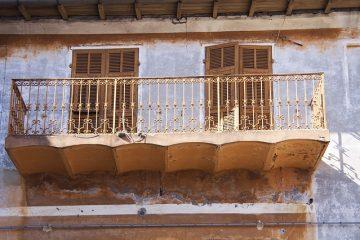 Caduta intonaco balcone: è reato?