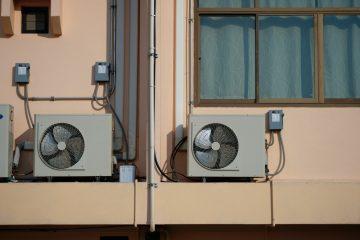 L'amministratore può vietare un condizionatore sul balcone privato?