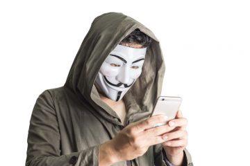 spiare il cellulare del partner è reato