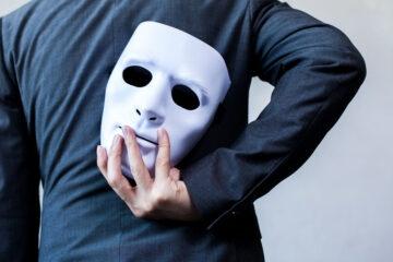 Far finta di essere qualcun altro: conseguenze legali