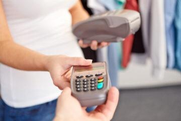Aumento Iva per chi paga in contanti, sconti per chi usa la carta
