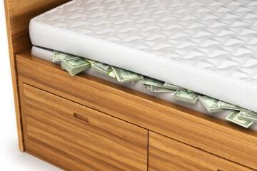 Tenere i soldi in casa è legale