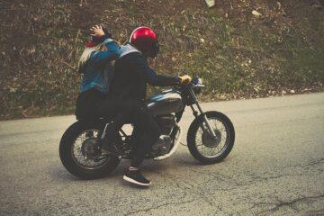 Guida senza casco: quando si evita la multa?