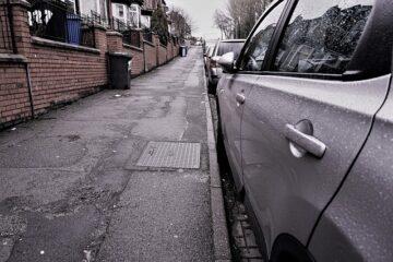 Si può parcheggiare sul marciapiede?