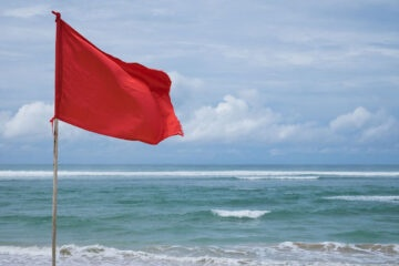 Fare il bagno con la bandiera rossa: rischio la multa?