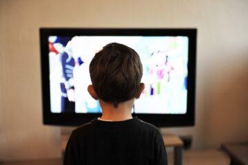 Film vietati ai minori: possono andare in tv?