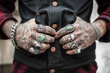 Posso mostrare i tatuaggi al lavoro?