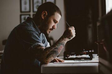 Tatuaggi rischio cancerogeno: un nuovo colore è stato ritirato