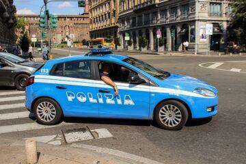 Poliziotto fuori servizio può chiedere documenti?