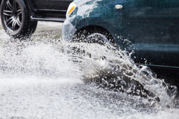 Auto scivola sul bagnato: chi è responsabile?