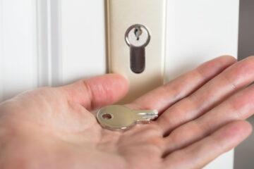 Sostituzione serratura portone condominiale: a chi spetta?