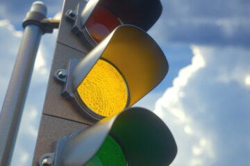 Semaforo giallo, quando si può passare e quando no