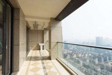 Cambio mattonelle balcone: il condominio deve approvare?