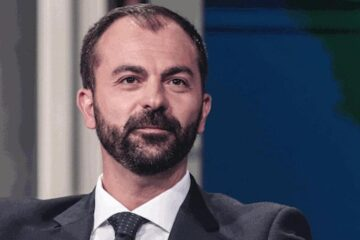 Ministro dell'Istruzione travolto dallo scandalo: per il figlio niente scuole italiane