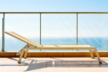 Prendere il sole nudi sulla terrazza o in giardino condominiale si può?