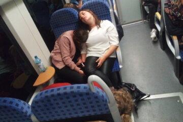 Si può fotografare un vip mentre dorme in treno o aereo?