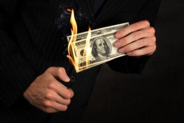 È legale bruciare i soldi?