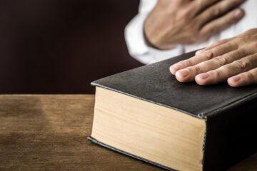In tribunale si giura sulla Bibbia?