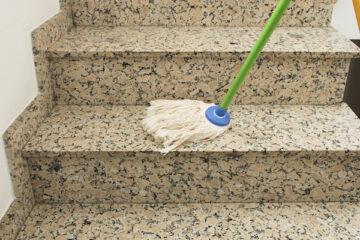 Caduta dalle scale in condominio: chi paga?