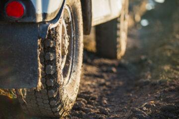 È vietato circolare con le ruote sporche di fango?