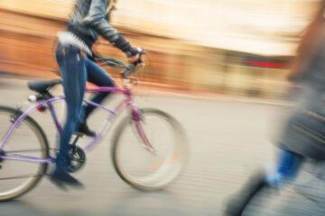 Ciclista investe pedone: chi paga?