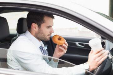 È vietato mangiare mentre si guida?