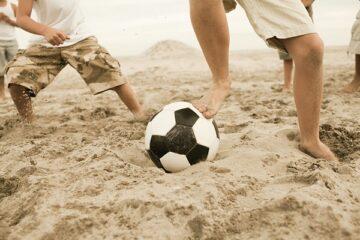 È vietato giocare a pallone in spiaggia?