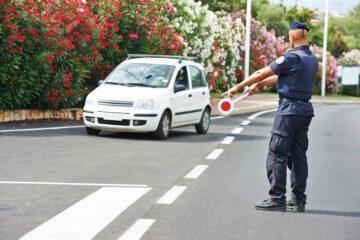 Polizia: cosa può fare se ti ferma in auto?