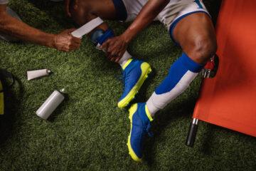 Pugno a gioco fermo durante partita: è reato?