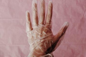Coronavirus, l'Oms adesso sconsiglia i guanti