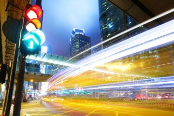 È vietato il sorpasso dei veicoli fermi ai semafori?