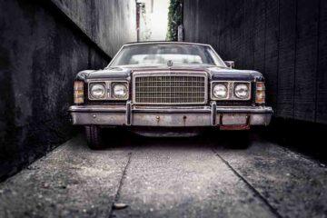 Auto incastrata in strada stretta: chi paga?