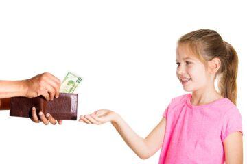 Regali al figlio al posto del mantenimento: si può?