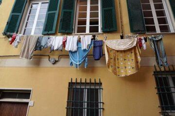 Stendere i panni in condominio: cosa dice la legge