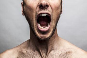 Il vicino urla e bestemmia: cosa posso fare?