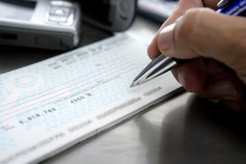 Versamento assegno sul conto: rischi col fisco