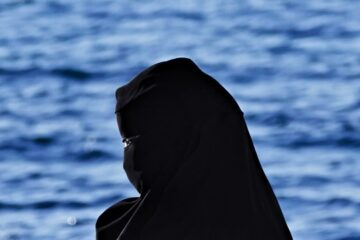 Indossare il burqa o velo islamico: è vietato in Italia?