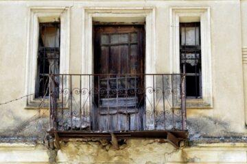 Calcinacci dai balconi in condominio: chi paga il risarcimento?
