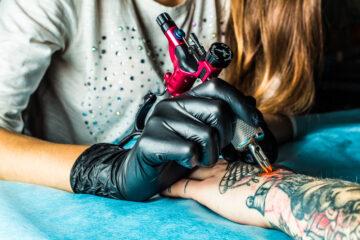 Un tatuaggio può influire nella ricerca di un lavoro?