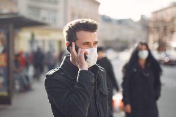 Covid: si può rispondere al cellulare senza mascherina?