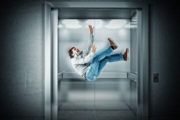 Caduta in ascensore: limitata la colpa del condominio
