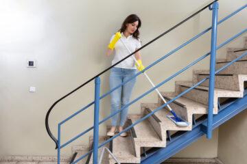 Caduta su gradini usurati in condominio: c'è risarcimento?