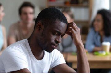 Dire «negro, torna al tuo Paese» è aggravante razziale?