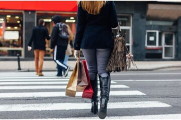 Si può attraversare senza strisce pedonali?
