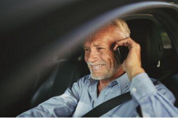 Uso del telefono alla guida: rischi e ritiro di patente