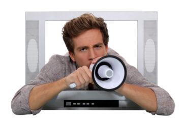 Televisore troppo alto di notte: cosa fare?