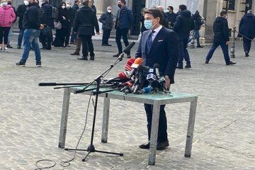 Conte: cosa c'è dietro la sua improvvisata in piazza