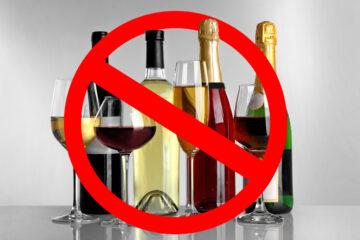Minorenne prende alcolici dal frigo bar self service